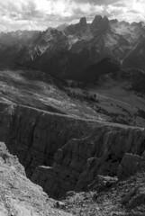 """""""Il sentiero porta sull'orlo del burrone"""" (VALERIA MORRONE ヴァレリア فاليريا) Tags: cime vetta peak cima alto adige nuvole roccia strapiombo burrone valeria morrone nikon d60 picco vallandro prato piazza mountains montagne bianco nero bn bw black white baratro valle cresta dürrenstein südtirol dolomiti montaña berg mali 2800m"""