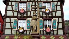 """""""Est-ce que la maman d'un oeuf de Pâques c'est une poule en chocolat?"""" (mots d'enfants)  - """" The mom of an Easter egg is it a hen in chocolate? """" (Child's remarks) (Philippe Haumesser Photographies (+ 4000 000 views) Tags: pâques easter colombages halftimberings calvaire calvary croix cross statue art fenêtres windows décoration village kaysersberg alsace elsass france 2017 décorations"""