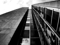 look up to the sky (s127ha88) Tags: building haus glas fassade spiegel fenster s127ha88 sw black bw street architecture reflections