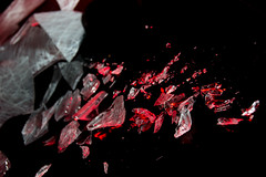 Vidrio roto rojo (nidiaalvarez16) Tags: plato 100 sesion de fotos fotografica vidrio cristal roto fondo negro luces iluminacion filtros rojo camara nikon d3100 mesa negra 6417