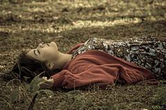 Pequeo paraiso (artin Riedel 2013) Tags: naturaleza verde chica natural retrato bosque otoo mirada paraiso descanso hierva acostada