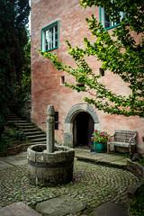 Hinterhof (pk210) Tags: brunnen bank steine tor hof
