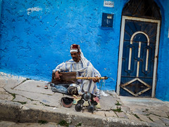 Legnawi (A.B.S Graph) Tags: maroc morocco bleu oudaya oudaia rabat medina kasbah doors door gnaoui gnawi legnawi art style ciel sky ruelle rue street sale salé rbat cat lazy