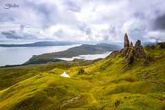 The Old Man of Storr (Silvia Illescas Ibáñez) Tags: paisaje landscape view rock roca scotland nubes clouds cielo sky skye isla viaje traveller journey green canon canon7d water agua sea tokina1120 ngc nature naturaleza old man storr theoldmanofstorr hdr bracketing bkt photography