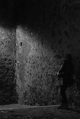 Claroscuro (Leandro Fridman) Tags: cáceresspain españa europe europa ciudad city urban urbano street calles callejuela lights luces night shadow sombras noche blancoynegro blackandwhite bw monochrome monocromo monocromático byn nikond60 nikon d60