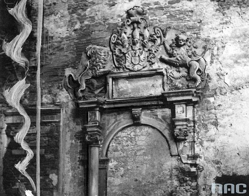 Zamurowany portal zamkowy z herbem, II wojna światowa (NAC)