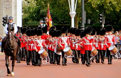 The Grenadier Guards (oobwoodman) Tags: uk red england london band buckinghampalace londres soldiers angleterre tradition guards guardsmen changingoftheguard pageantry grenadiergaurds