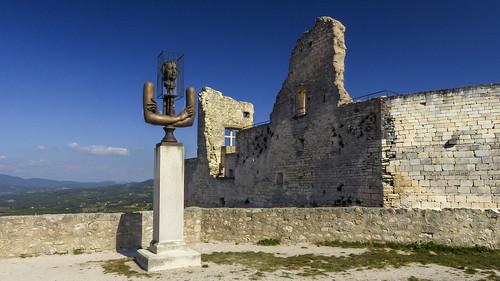 Le Marquis de Sade devant l'entrée de son château