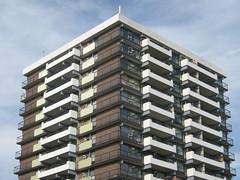 Anglų lietuvių žodynas. Žodis apartment building reiškia buto pastatas lietuviškai.
