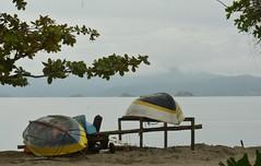 Dia de mar calmo e cinzento (Mrcia Valle) Tags: sea brazil primavera praia beach brasil paraty boats islands botes mar nikon rj barcos chuva brasile brsil ilhas brazilianbeach d5100 mrciavalle