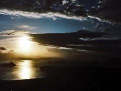 e suas sombras tocam a Luz... (Umbrae Galeria) Tags: sea sun mer sol soleil mar twilight meer mare shadows ombre dmmerung sole crpuscule sonne  schatten   ombres crepsculo oscuridad crepuscolo sj skygger skumringen procvratormeafecit