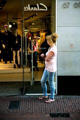 Having a smoke (maaniemi) Tags: amsterdam holland netherlands hollanti syksy autumn maaniemi tero street katukuva photo decisive moment määräävä hetki