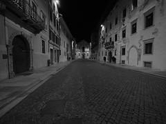 Trento_161218_PC184120_7144 (Paolo Chiaromonte) Tags: olympus omdem5markii panasoniclumixgvario714mmf4asph micro43 paolochiaromonte trento trentino italia bw biancoenero monochrome blackandwhite notturno nocturnes nightshot handheld travel italy zwartwit