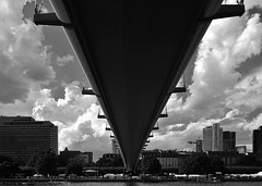 Eine Gewitterfront erreicht Franfurt - A storm front reaches Frankfurt (cammino5) Tags: gewitter frankfurtammain sw august 2016 main brücke holbeinsteg thunderstorm bridge
