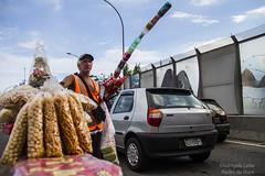 Um trânsito de vendedores (REDES DA MARÉ) Tags: trabalho trabalhador mare linhaamarela camelô vendedor ambulante timbau riodejaneiro brasil