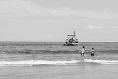 (julianasanc) Tags: ubatuba brasil brazilpraia beach mar sea nikon d610 pretoebranco blackandwhite pb bw noiretblanc blancoynegro nb bn monochrome monochromatic escuna schooner barco boat boys children meninos garotos