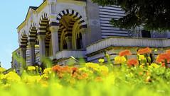 Entrada a Monumentale (Milano) (libretacanaria) Tags: milano milán italy italia cemetery cementerio urban urbano ciudad paisaje flores flowers