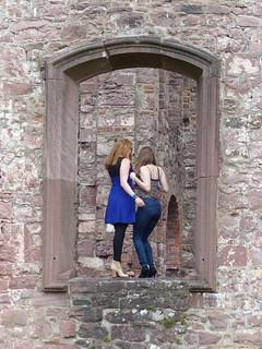 Zwei Mädchen im Fenster - Frauenalb - Klosterruine /Albtal (Nord-Schwarzwald)