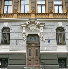 Riga, Lettonie: 1901, Konstantns Pkns (Marie-Hlne Cingal) Tags: door puerta porta porte tr riga latvija lettonie konstantnspkns