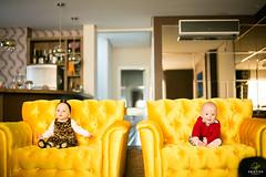 OF-Ensaio-LauraeFrederico8meses313 (Objetivo Fotografia) Tags: tiara vermelho amarelo infantil sofá estampa bebês oncinha tweens gêmeos suéter acompanhamento sofáamarelo felipemanfroi eduardostoll ensaioinfantil objetivofotografia lauraefrederico