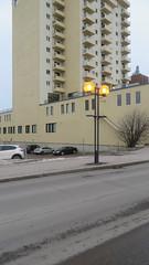 Résidence hors cadre (Robert Saucier) Tags: building architecture rimouski basdufleuve bassaintlaurent rue street pavement grey beige lampe lampadaire arbre tree img7990