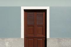 Brown door (Jan van der Wolf) Tags: map167139v door wall symmetric symmetry symmetrie muur facade grancanaria
