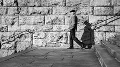 6139 (.niraw) Tags: köln strasenfotografie hohenzollernbrücke treppe mann mütze schatten geländer mauer niraw bw anzug