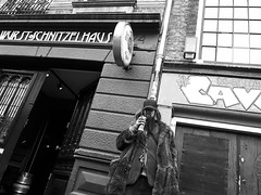 A King in the Prinsengracht, Amsterdam (puliMexNed) Tags: king amsterdam streetphotography blackwhite bnw streetphotographyblackandwhite blancoynegro