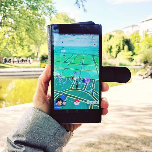 Setting lures in Parc de Bercy with @kidarctica, aka spending our Sunday afternoon right. #paris #pokemongo #parcdebercy