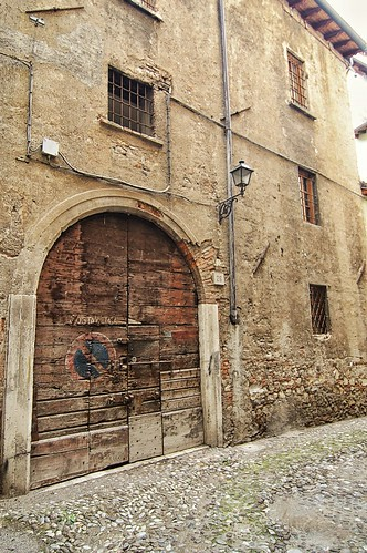 "Ingresso di un cortile • <a style=""font-size:0.8em;"" href=""http://www.flickr.com/photos/121308622@N02/15138698839/"" target=""_blank"">View on Flickr</a>"