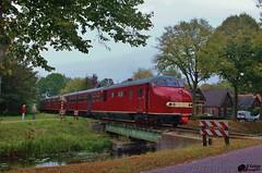 Rode duivel komt over de brug (Romar Keijser) Tags: 3 de star diesel iii plan u brug rood stichting 115 rode onder stoom duivel stadskanaal skn treinstel