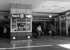 230914-1623 (Steinschlag) Tags: kln cologne bahnhof hauptbahnhofkln kiosk reisende bahnhofshalle centralstation nordrheinwestfalen northrhinewestphalia nrw