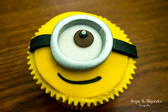 Cupcakes de Minions (angieyalejandrofotografia) Tags: food cupcakes faces guatemala comida figure caras fotografia fondant minions producto foodstyling cocoala