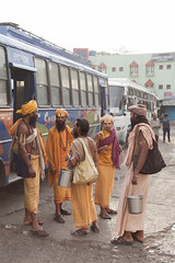 (Sébastien Pineau) Tags: morning light india bus luz portraits asia raw lumière religion retratos asie inde matin pineau bhopal madhyapradesh religión sadhus portraitures sādhu साधु sébastienpineau bhopāl