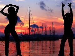 ☀♪♪¸.•*´¨´¨* Summer last dance.. (antonè) Tags: sardegna tramonto nuvole mare sardinia barche porto musica donne riflessi alghero ballerine cielorosso antonè