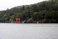 Hakone - L'ingresso al tempio Hakone Jinja visto dal vascello (*maya*) Tags: red costa lake japan lago temple shrine coastline hakone torii giappone jinja ashi ashinoko santuario tempio coas motohakone hakonemachi lakeashi hakonejinja lagoashi