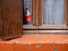 (Jean-Luc Léopoldi) Tags: windowledge fenêtre bouteille soda voilages persiennes cocacola peintureécaillée flakingoff vieilleville arras