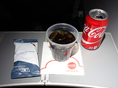 201702011 AA4651 PIT-LGA refreshment (taigatrommelchen) Tags: 20170207 flyingmeals airplane inflight meal food drink refreshment economy aal rpa americanairlines republicairways aa4651 e175 n433xy pitlga