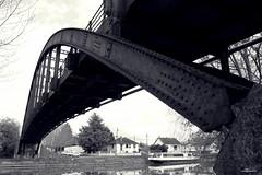 Le pont de l'île de Janville (Un jour en France) Tags: pont île canal oise picardie hautsdefrance péniche bateau îledejanville france