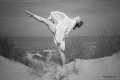 Entre arena y cielo (Soledad Bezanilla) Tags: luz playa arena cielo entre aire baile momentos instantes soledadbezanilla