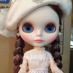 Bianca Pearl arrived today. Her hair is in braids in the hope that it will look decent when dry. As beautiful as her face and outfit are, her hair was a mess. #blythe #doll #bride #biancapearl