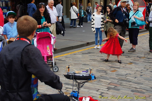 "Edinburgh: A spontaneus performer • <a style=""font-size:0.8em;"" href=""http://www.flickr.com/photos/26679841@N00/15437903425/"" target=""_blank"">View on Flickr</a>"