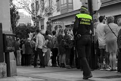 Guardia - espaldas (Egg2704) Tags: semanasanta semanasanta2017 semanasantazaragoza semanasantadezaragoza2017 blancoynegro byn bw retrato retratos desaturaciónselectiva egg2704