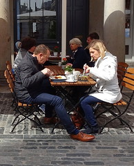 Lunching in Covent Garden (Snapshooter46) Tags: lunch lunching snacking eating couple manandwoman coventgarden london stonesets people