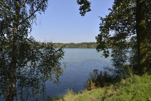 Le plan d'eau de 25 ha entouré de forêts