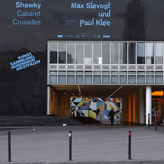 art (Cosimo Matteini) Tags: art museum architecture pen square candid olympus hornet dsseldorf k20 m43 mft sarahmorris 45mmf18 kunstsammlungnordrheinwestfalen ep5 dissingweitling mzuiko cosimomatteini grabbenplatz