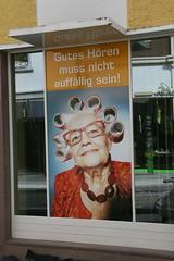 Hauptsache die Haare liegen.... ;-) (sonjasfotos) Tags: canon germany advertising deutschland schaufenster ohr lustig oma werbung reklame innenstadt warburg hörgeräte lockenwickler