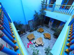 Restaurante 1 -Sousse- (bcnfoto) Tags: bcnfoto zuiko tunez azul sousse edificio restaurante tradicional patio