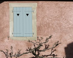 Seule l'ombre lui tient compagnie (The shadow only keeps it company) (Larch) Tags: maison house volet shutter glycine wisteria coeur heart rose pink ombre shadow fermé closed compagnie company