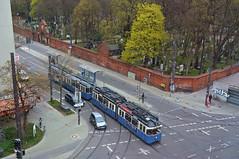 Blick auf den Ostfriedhof: P-Zug 2005/3004 überquert die Kreuzung in Richtung Großhesseloher Brücke (Bild: Klaus Werner) (Frederik Buchleitner) Tags: 2005 3004 linie15 munich münchen pwagen strasenbahn streetcar tram trambahn